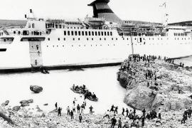 Über Jakobsleitern verlassen die Passagiere das Schiff (rechts im Bild).