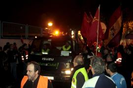 Streikposten lassen wie vereinbart fünf Müllwagen zur Nachtschicht in Palma ausfahren.