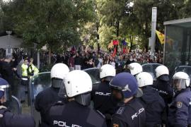 Polizeibeamte bei Generalstreik an der Plaça d'Espanya.