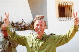 Das Fotos des Anstoßes:Carlos Delgado mit den Hoden des Hirsches auf dem Kopf.