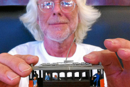 Eisenbahnforscher Rainer Gau mit einem Miniatur-Modell der Straßenbahn von Sóller.