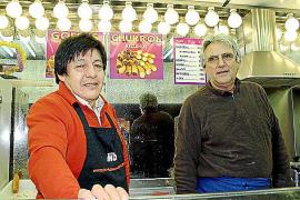 Eudoro Pantoja und Miguel Tanco verkaufen ihre Churros auf der Plaça de l'Olivar in Palma.