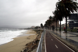 Windgepeitschte Meerespromenade an Palmas Stadtstrand.