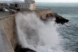Windböen peitschen das Meer gegen den Westkai in Palma.