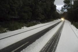 Schnee in den Tramuntana-Bergen.
