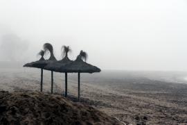 Nebel am Meer in Ciutat Jardí.