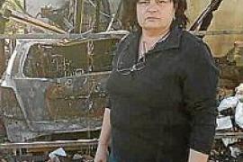 Claudia Klöskes vor ihrem verbrannten Auto. In der Garage begann das Feuer.