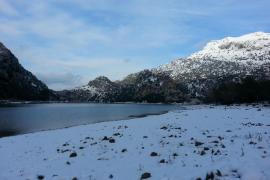Schnee am Stausee Gorg Blau in den Tramuntana-Bergen.