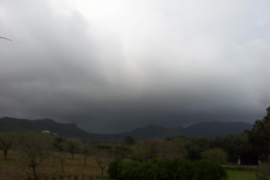 Regenwolken über den Bergen von Artà.