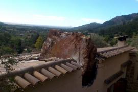 Felsbrocken stürzt auf Haus