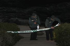 Welle reißt zwei Männer ins Meer