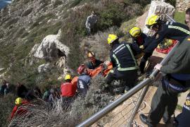 Bergungsaktion eines Gleitschirmfliegers an der Meeresklippe von Puig de Ros.