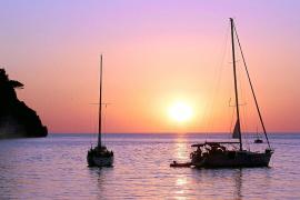 Sonnenuntergang in der Cala Tuent. Näher am Wasser kann man im Mallorca-Urlaub nicht wohnen.