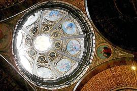 """""""Ave Maria"""" ist in der Kuppel der Basilika zu lesen."""