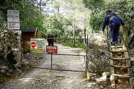 Am Eingang zur Finca Comafreda steht ein Wächter, der von den Wandersleuten Eintritt kassiert.