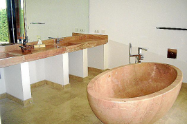 Ausstattung und Materialien der Villen sind luxuriös: Travertin, Marmor, Granit. Allein die Badewanne wiegt 700 Kilo.