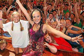 """Kim Gloss, hier bei einem Auftritt im """"Bierkönig"""", wurde durch """"Deutschland sucht den Superstar"""" bekannt."""