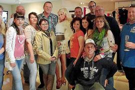 Robert Hansmann (links neben Pappfigur von Daniela Katzenberger) feierte seinen 50. Geburtstag mit 22 Freunden und Verwandten im