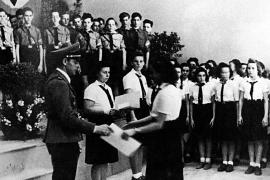 Nazizeit an der Deutschen Schule Barcelona: Turnlehrer Vollmer verleiht Auszeichnungen an Angehörige der HJ.