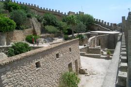 Die Burgmauer von Capdepera ermöglicht einen teils nur wenig gesicherten Rundgang in luftiger Höhe.