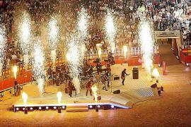 Immer wieder gab es sehenswerte Pyro-Shows, wie hier beim Auftritt von Peter Maffay und Band 2010.