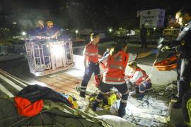 Rettungskräfte mussten den Verunglückten mit Spezialwerkzeugen aus dem Aluminiumdach schneiden.