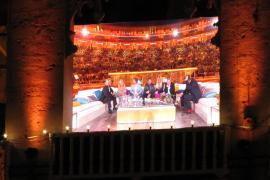 Die Zuschauer in der Arena konnten die Sendung auch auf Leinwänden verfolgen.