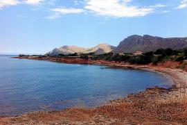 Eine weitgehend unverbaute Felsküste, an der auch im Sommer nur wenige Badegäste anzutreffen sind.