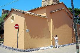Unmittelbar vor Ferienbeginn, der Hauptsaison in Colònia de Sant Pere, wird der Ort verschönert: Ein Maler streicht die Kirche.