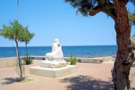 Ebenfalls eine Fischerin: Die Skulptur auf der Hafenpromenade blickt auf das Meer hinaus.
