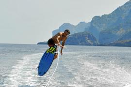 Man kann über das Kielwasser auch springen - wenn man kann.
