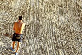 """Angel Rodriguéz: Den Strand von Illetes """"reinigt"""" er nicht einfach – er kreiert  fast ein kleines Kunstwerk."""