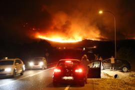 Der nächtliche Waldbrand, gesehen vom Ortseingang von Capdepera aus.