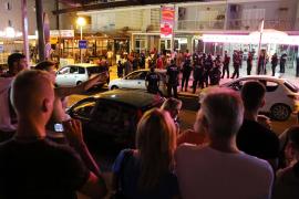 Mehrere Dutzend Straßenhändler beschimpften und bedrohten die Polizisten.