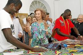 Szenen des königlichen Mallorca-Sommers: Besuch der Königin bei der Caritas.