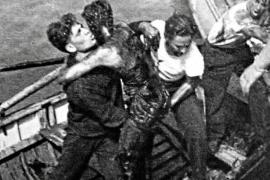 """Nach dem Untergang der """"Roma"""" wurden 622 Überlebende, teils mit schwersten Ölverbrennungen, aus dem Meer gefischt."""
