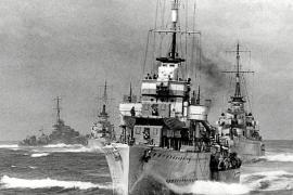 """Der italienische Flottenverband, der die Schlachtschiffe """"Roma"""", """"Italia"""" und """"Vittorio Veneto"""" begleitete, umfasste bis zu 16 E"""