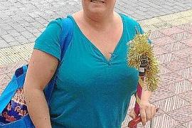 Auch ohne ihre Putzfrauen-Kostümierung mag Nona Hilbert es gerne recht farbenfroh. Das (zurzeit) grüne Haar fällt auf.