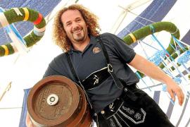 Profi-Zapfer aus München füllen die Bierhumpen auf Mallorca