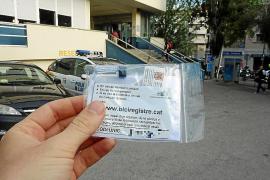 Im Gebäude der Lokalpolizei in Sant Ferran bekommt man ein Tütchen mit Aufklebern und Markierflüssigkeit.