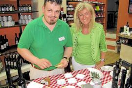 """Natürlich mit Degustation: Inhaberin Wicky Botzek und ihr Mitarbeiter Dennis Görgen Sánchez im """"Can Sureda""""-Laden in Palma."""