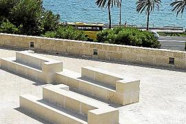 Ob Mauerelemente oder Sitzbänke, der Sandstein dominiert.