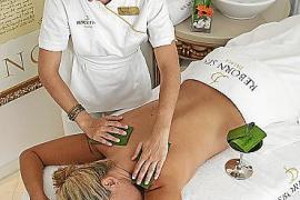 Wohtuende Massage mit Aloe Vera: Die Haut wird beruhigt und außerdem mit wertvollen Vitaminen versorgt.