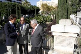 Ulrich Werthwein (m) im Gespräch mit Palmas Oberbürgereister Mateo Isern (l.) und dem Präsidenten deer Grup Serra, Pere A. Serra