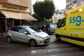 Auto kracht in Straßencafé