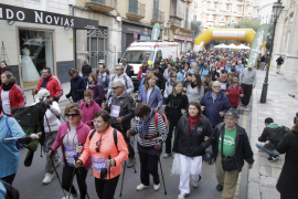 """Solidarität zeigen: Rund 2000 Menschen beteiligten am """"Nordic Walking gegen Gewalt an Frauen"""" in Palma."""