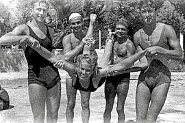 """Unbeschwertes Schäkern am Strand in Port de Pollença: die junge Deutsche Roberta """"Bob"""" Warburg (der Name ist nicht gesichert), m"""