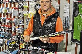 Albert Riera bespannt einen von Nadals Schlägern.