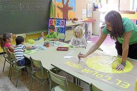 Die Vorschulkinder lernen spielend mit Lehrerin Maria Angels Vaquero.