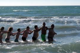 Das war abzusehen: Die Party-Urlauber zelebrierten die erste Wasser-Polonaise des Jahres.